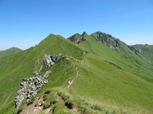 Hiking between lakes and volcanoes of Auvergne with Aluna Voyages