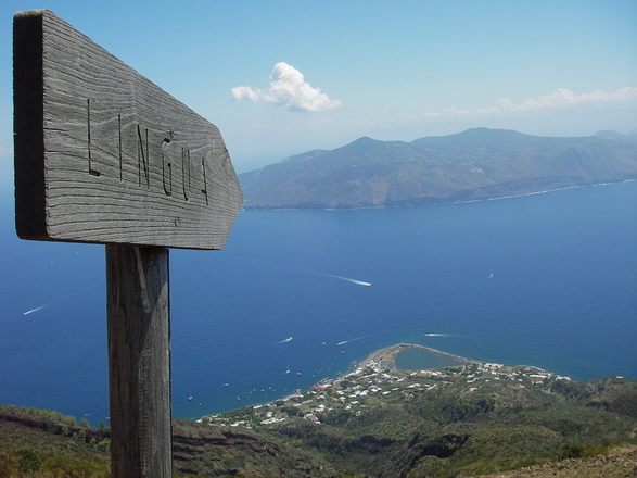Free hiking in Lipari Islands with Aluna Voyages