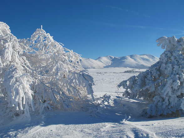 Hiking hollidays with snow shoes in Auvergne with Aluna Voyages